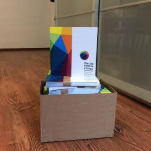 Schachtel mit gedruckten Flyern